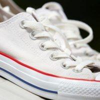 Biće ponovo blistave: Sjajan trik da očistite gumu na belim patikama